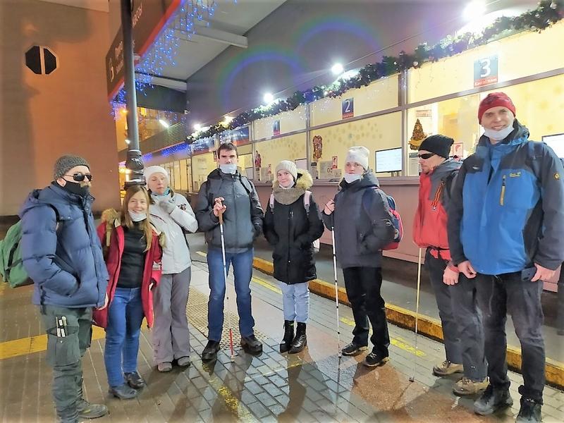 На фото: группа туристов на вокзале перед началом похода