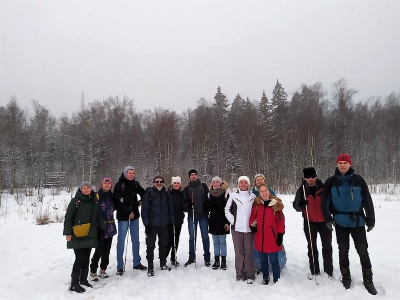 На фото: участники первого инклюзивного похода стоят группой в снегу на фоне зимнего леса