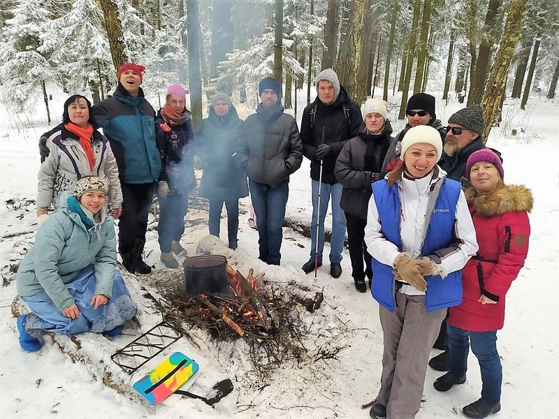 На фото: участники похода собрались вокруг горящего костра. На костре стоит большой походный котелок с борщом